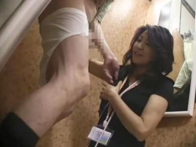密室の試着室で女性店員に突然チンコをシコシコして見せつけたら…どう反応する!?